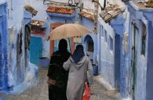 经过四个多小时的车程,我们从非斯来到了摩洛哥北面的蓝色之城—舍夫沙万。从卡萨布兰卡的白到马拉喀什的红