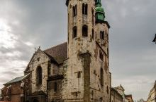 克拉科夫圣安德鲁教堂紧邻圣彼得和圣保罗教堂,从老城广场在去瓦维尔城堡的路上会经过,二座风格迥异的教堂