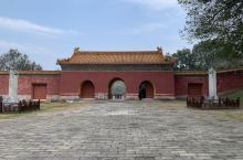 【景点攻略】 讲到明朝的皇陵,大家首先想到的是北京的明十三陵和南京的明孝陵,位于湖北钟祥的明显陵可能
