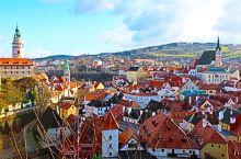 CK小镇,被誉为最美欧洲小镇之一,错落有致的房子、人字屋顶,红黄绿白相间,站在古城堡上俯瞰,仿如置身