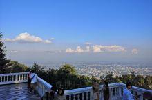 坐突突车上山后 可以选择步行(300格台阶)或者坐电梯进入,双龙寺后面有一个很大的观景平台。