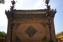 建于明万历年间,距今已600余年,木雕精美。在牌楼斗拱上还雕刻了一只小白兔,也许当初施工的工匠属兔吧