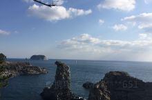 头岩(Yongdusan)位于济州市中心的龙潭洞的海边,是200万年前熔岩喷发后冷却而形成的岩石,正