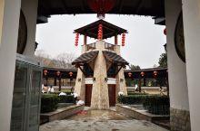 汤山温泉度假区位于汤山镇,是南京猿人的发现地。此温泉为天然温泉,洗后皮肤润滑。一号温泉占地广泉池林立