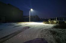 到了乌兰巴托,早上八点多了,因为下雪,天还没怎么亮,蒙蒙的,路灯照耀下,路面的雪越发白亮,这里已经是