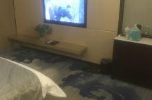 前台服务态度非常好.看我们带宝宝做了升级.酒店环境和位置都很好.到店晚上九点多了.好像24楼还有个音