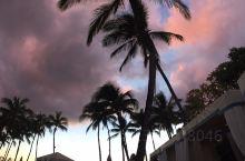 圣诞节后元旦前,临时决定去夏威夷,没有来得及做任何的攻略。 日落是天天有,晚霞却是难见。 前一天有大