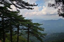 六安最有名景点就是白马尖,当年刘邓大军挺近大别山,建立红色根据地就在这里,白马尖是大别山的主峰海拔1