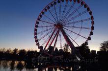 秋季的蒙特利尔老城别有一番风情。下午漫步在老城的湖边,天空是纯净的蓝,秋天的清冷的空气沁人心脾。湖很