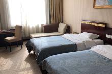 酒店对面是邹城广播电视局,位置交通还是挺方便的,附近有轻轨。酒店里面设施一般,电视啊壁纸啊什么的都比