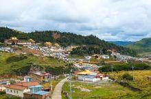 郎木寺镇,爬上山坡,可以远眺金顶白墙的寺庙。 金碧辉煌的寺庙,在乡村间低矮的房屋中,十分醒目。 信仰