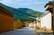 甘南的拉卜楞寺,虽然在甘肃,但满满的藏式风情。 走在通往拉卜楞寺的青石板路上,两边都是红墙白墙的藏式
