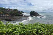 巴厘岛必打卡~~海神庙  塔拿罗特的海神庙(Tanah Lot)是巴厘岛最重要的海边庙宇之一,始建于
