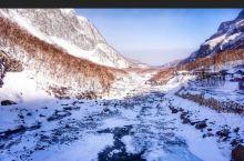 冰天雪地长白山 冬天是去长白山最好的时候之一。满山的白雪- - -眼看不到头深一脚浅-脚的爬上山顶眺