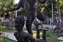 佛像公园里各式各样,神态和姿势各异的各类佛像雕塑。感觉有很多稀奇古怪的类人类形象,和两两一组的组合方