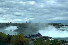 尼亚加拉大瀑布---印第安语意为'雷神之水',由美国境内的美国瀑布和加拿大境内的马蹄瀑布组成。瀑布位