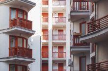 这次东欧之旅我住的五间民宿都是通过Airbnb爱彼迎预定的。布达佩斯的这家民宿是一间位于三楼的公寓,
