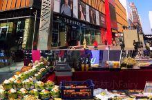 万达广场——年货一条街 临近过年,逛逛商场,来到年货一条街。其实各大商场都有年货商品,只不过是食品种