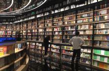 厦门的高颜值书店。推荐厦门万象城两家高颜值的书店,融图书,文创产品,咖啡饮品于一体。空间大,书籍多,