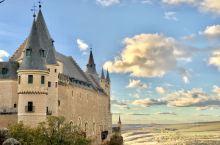 """塞哥维亚城堡,据说""""白雪公主""""故事中的城堡原型就是从这里得到啟发。这个城堡是建在一块巨石上,形状像船"""