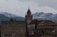 驾车到达西班牙南部古老的格拉纳达市,游览著名的摩尔人皇宫阿尔罕布拉官。