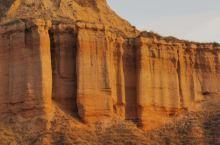 甘肃兰州的天斧沙宫,位于市安宁区桃花园仁寿山东面的龙风峡,是一处距今约2500万年的红色砂岩,经过长
