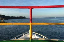 在斯里兰卡的米瑞沙,7000卢比看鲸鱼,6点多就到了码头,上船,类似的观鲸船不少,还有些当地的渔船,