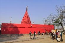 杜尔迦寺庙位于瓦拉纳西旧市街南边,于18世纪建造,里面供奉的杜尔迦女神是印度教破坏神湿婆的妻子帕尔瓦