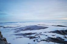 """""""乞力马扎罗是一座冰雪覆盖的山峰,海拔19710英尺,据说,是非洲最高峰。它的西峰在马赛语里被叫作恩"""