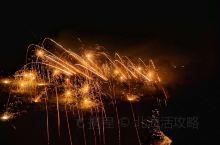 等不到天黑,烟花不会太美!昨晚八点,村里突然放起来烟花了,随手一拍,让木棉树做升起的烟花的树冠吧,留