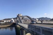 沼津是静冈的一个小城市,有火车经过,车站也很小,城市很干净,是个没什么游客的地方。