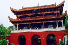 在中国大地东南西北中的五岳中,有几岳都在山下建有大庙,其中南岳衡山脚下的南岳大庙,是一座具有鲜明特点