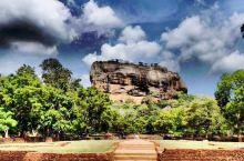 在距斯里兰卡首府科隆坡近一百五十公里的地方,有座古老神奇的美丽小城丹布勒,这里有一座你不可错过的空中
