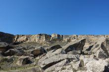 在巴库的远郊,几万十几万年前这里是海边,现在已经是内陆了,古人类的遗迹,各种岩石画,人,动物,鱼,船