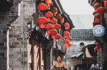 浙江前童古镇,曾经拍摄过陈逸飞的电影《理发师》。 古镇周围群山环绕,一条清澈溪水贯穿每家每户,卵石小
