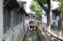 甪(lu)直,位于苏州吴中区。 走了很多的江南水乡了,看似大同小异,蜿蜒河道,两旁是白墙黑瓦的民居,