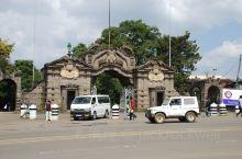 亚的斯亚贝巴大学是埃塞最早成立也是规模最大的大学,学校有很多校区。这个主大门看上去有悠久的历史,据说