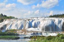 陡坡塘瀑布位于黄果树瀑布上游1公里处,瀑顶宽105米,高21米,是黄果树瀑布群中瀑顶最宽的瀑布。陡坡