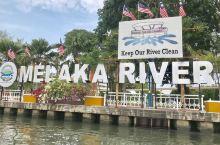 马六甲河横穿了马六甲老城区,所以可以选择乘坐游船,一览马六甲河沿途风景。  河岸两边有很多色彩斑斓涂