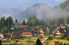 日本飞驒地区的白川乡与五箇山的合掌造聚落是日本三大茅葺屋聚落之一,在1995年12月9日被联合国教科