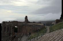 不是身临其境,很难想象一个公元前三世纪的剧场能够设计的如此巧妙,保存的如此完好。因为这个剧场,陶尔米