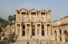 满眼所见的以弗所古城,尽管大都是层层叠叠的大理石块与石柱,但却完美见证了两三千年以前这里繁荣的生活场