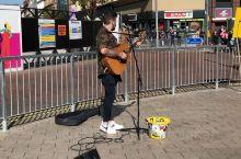 周五的中午,天气很好,在街头听歌很不错^_^
