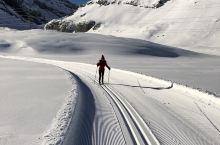 在海拔2350米、冰冻了、白雪覆盖的Daubensee上越野滑雪!Daubensee位于Gemmip