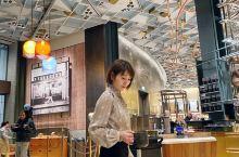 打卡意大利星巴克烘培工坊。全世界也就三家星巴克工坊,这里就是在米兰大教堂附近!现场制作着今日的咖啡豆