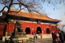 紫禁城的冬天很别样,冬日的蓝天大地配上朱翠的砖瓦城墙,空气胶着着像是想要把时间锁住。身在其中,感受的