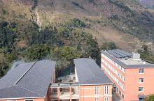 尼泊尔巴格玛蒂区的一所非常漂亮的学校。这是中国援建尼泊尔的一所坐落在山区的学校,这里条件非常艰苦,从