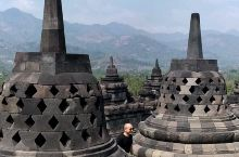 印度尼西亚佛教遗址——婆罗浮屠,与吴哥窟齐名,但是少有人去,大家都去看海,很少有人来看古迹。远处有山