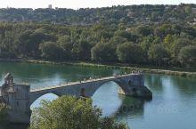 法國民謠「在亞維儂橋上跳舞」就是這座有殘缺美的橋,聖教堂曾為羅馬教皇避戰亂的城堡,附近天空之城和普羅