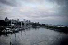 淡水港又称淡水(沪尾)海关码头,曾经为台湾三大商港之一;漫步在歴史古蹟的淡水海关码头上,沿着河岸长堤